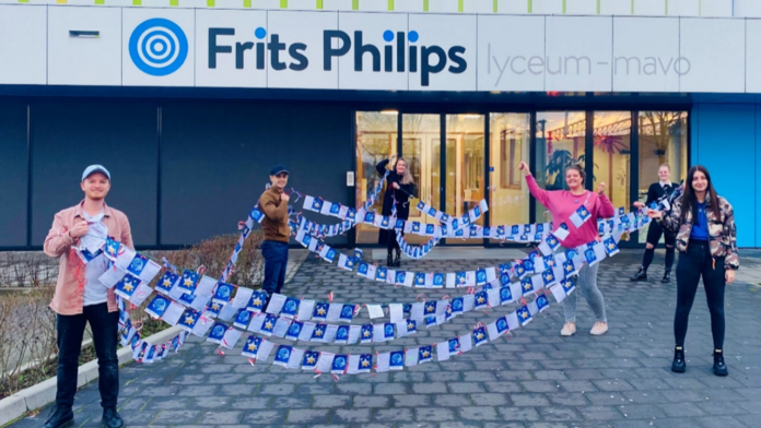 Frits Philips Lyceum students gives cards to healthcare personnels